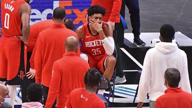 I Rockets addestrano Christian Wood come centro ogni settimana, con una distorsione alla caviglia destra.